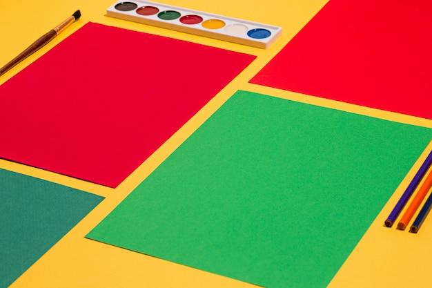 Buntstifte und farbpapierblätter