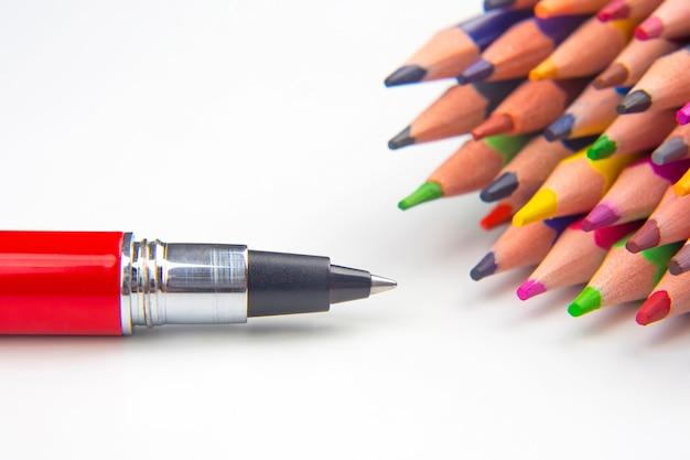 Buntstifte und stift zum zeichnen auf einer weißen oberfläche. bildung und kreativität. freizeit und kunst