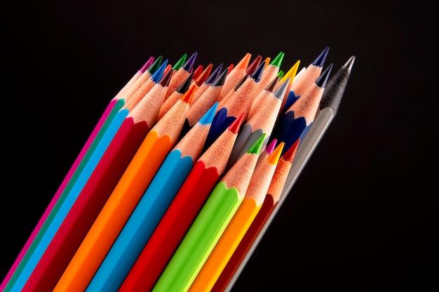 Buntstifte zum zeichnen auf einem dunklen tisch