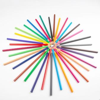 Buntstifte zum zeichnen auf weiß. bildung und kreativität.