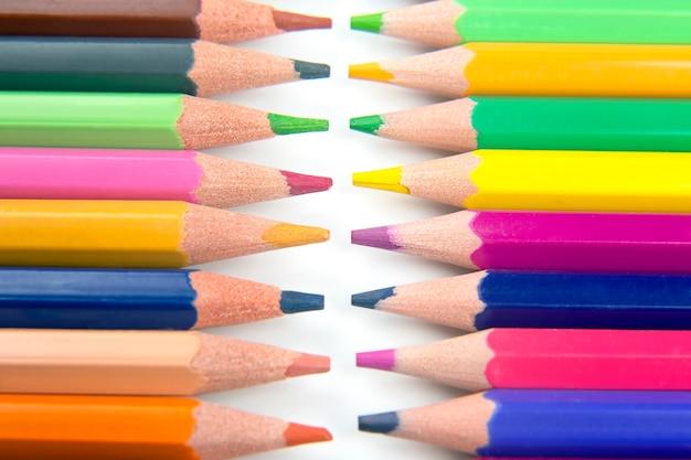 Buntstifte zum zeichnen auf weiß