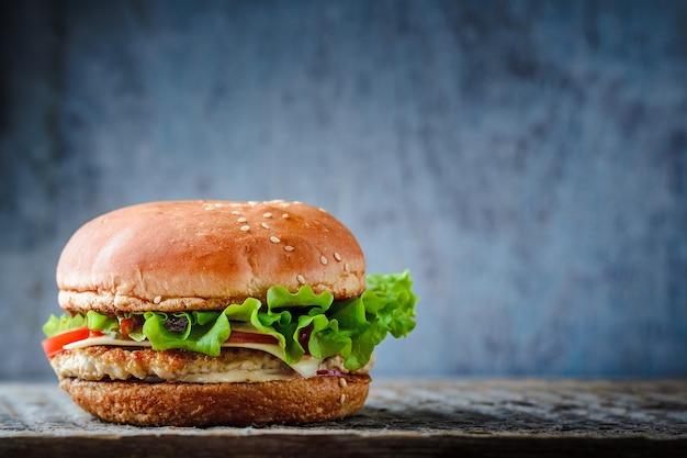 Burger auf einem dunklen hintergrund