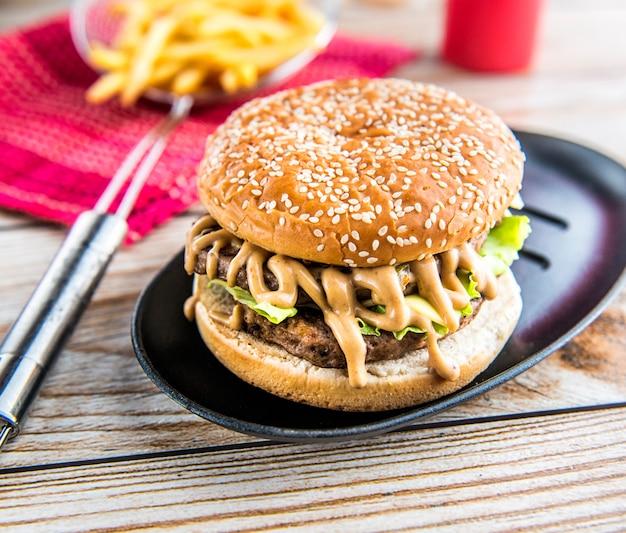 Burger auf hölzerner tapetenbeschaffenheit