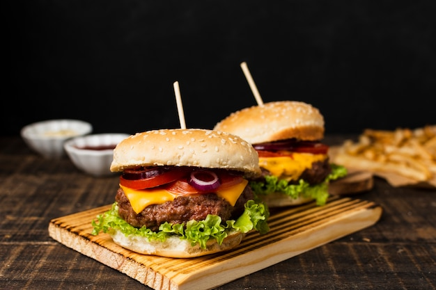 Burger auf schneidebrett und pommes