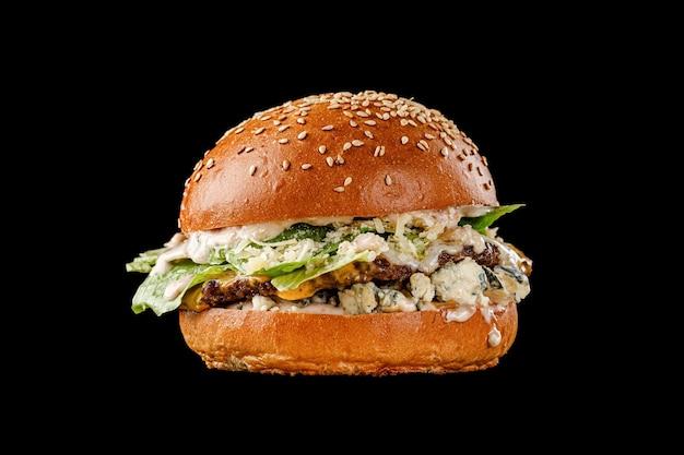 Burger auf schwarzem hintergrund für das menü