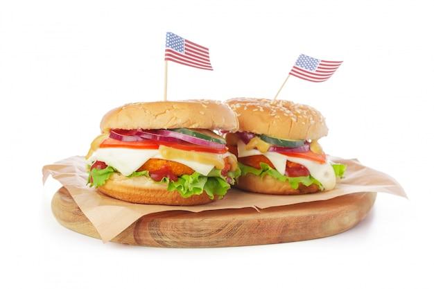 Burger auf weißem hintergrund