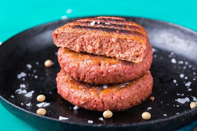 Burger aus pflanzlichem fleisch, die den co2-fußabdruck reduzieren