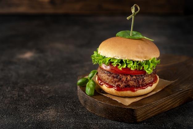 Burger des strengen vegetariers auf dunkler rustikaler brauner oberfläche