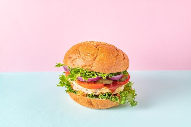 Burger fleisch lecker gegrilltes schnitzel sandwich und gemüse portionsgröße