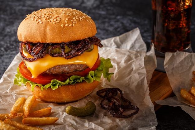 Burger, hamburger mit pommes frites und frischem gemüse.