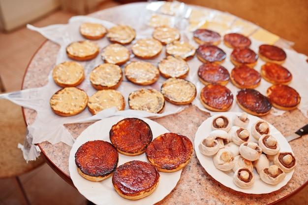 Burger in der küche zu hause während der quarantäne kochen.