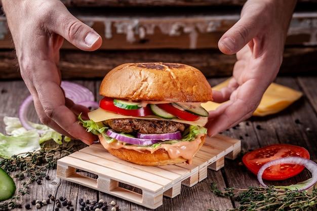 Burger ist auf der minipalette.