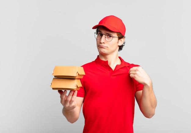 Burger liefern jungen, die arrogant, erfolgreich, positiv und stolz aussehen und auf sich selbst hinweisen