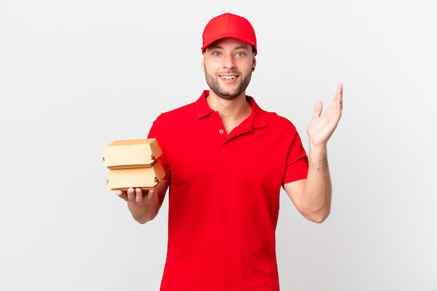 Burger liefern mann, der sich glücklich fühlt, überrascht, eine lösung oder idee zu realisieren