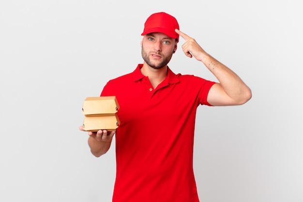 Burger liefern mann, der sich verwirrt und verwirrt fühlt und zeigt, dass sie verrückt sind