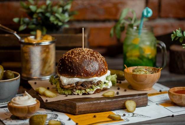 Burger-menü mit verschiedenen marinierten turshu