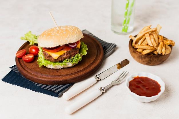 Burger mit besteck und pommes