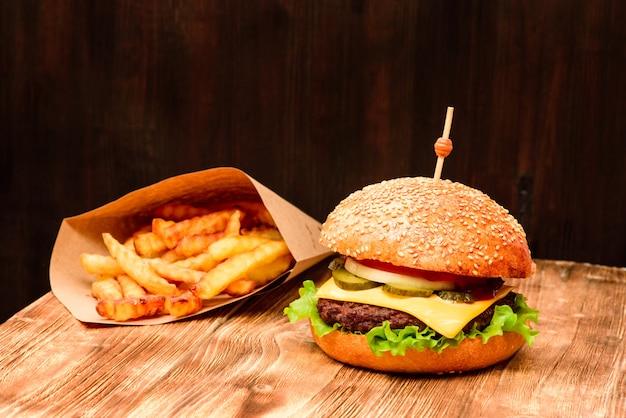 Burger mit fischrogen und getränk auf holztisch