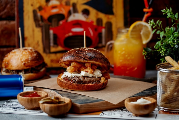 Burger mit fleischweißem und gebratenem käse