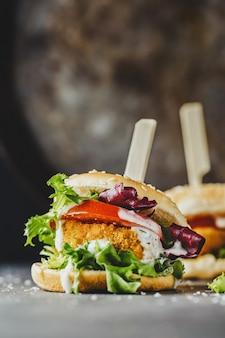 Burger mit hühnerpastetchen und gemüse