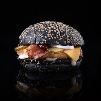 Burger mit käse und salat