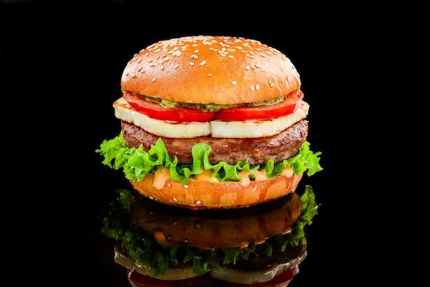 Burger mit kalbsfleisch und gegrilltem chedar