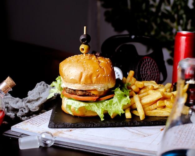 Burger mit pommes auf dem tisch