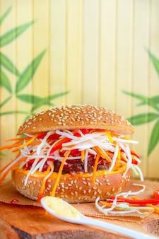 Burger mit rind- und gemüsesalat