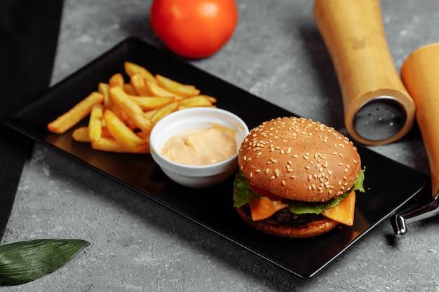 Burger mit schnitzel, käse und tomaten