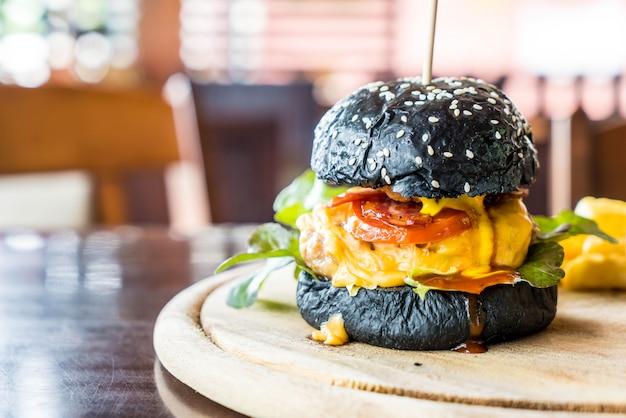 Burger mit schweinefleisch und käse