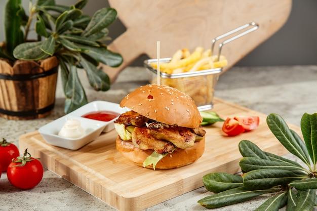 Burger serviert mit pommes ketchup und mayonnaise
