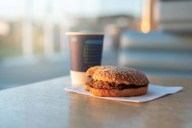 Burger steht auf dem tisch snack an einer tankstelle