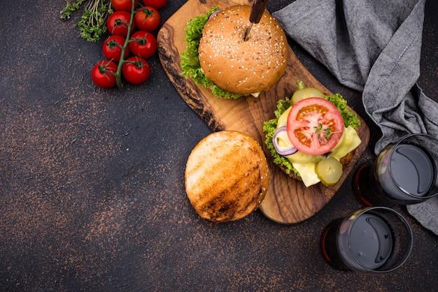 Burger und cheeseburger mit tomate