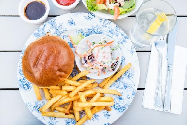 Burger und chips mit coleslow-salat