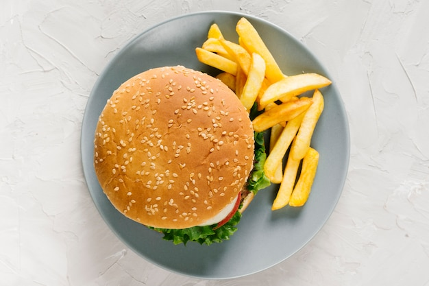 Burger und pommes auf teller flach legen