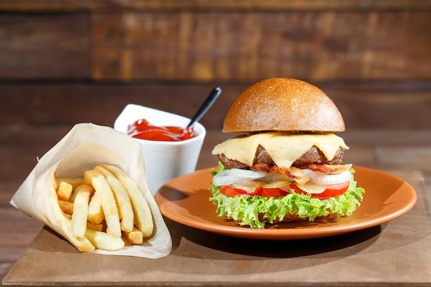 Burger und pommes-frites auf dem holztisch