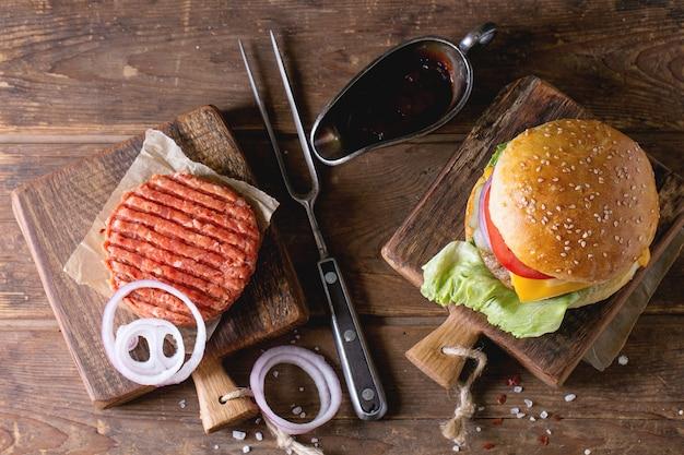 Burger und rohes schnitzel