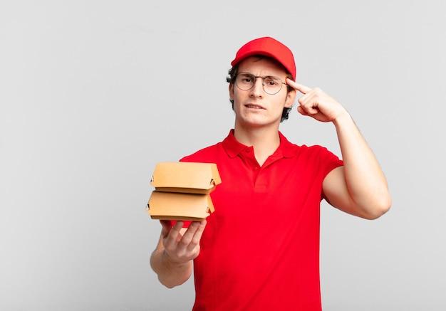 Burger vermitteln jungen, die sich verwirrt und verwirrt fühlen, und zeigen, dass sie verrückt, verrückt oder verrückt sind