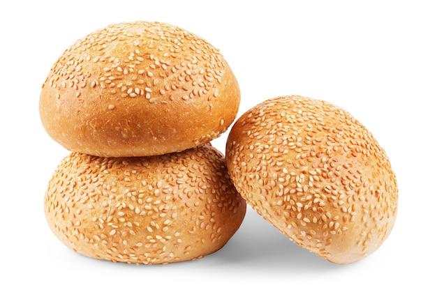 Burgerbrötchen mit sesam isoliert auf weißem hintergrund mit beschneidungspfad