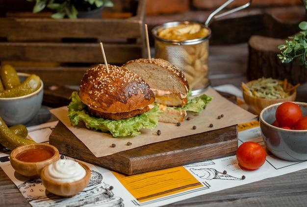 Burgermenü in einem hölzernen brett