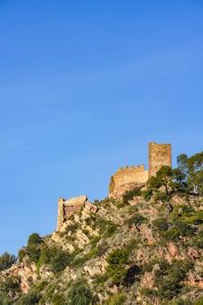 Burgruine auf einem berggipfel. castell de serra, schloss serras valencia, spanien.