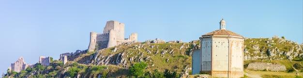 Burgruine und kleine kapelle am italienischen reiseziel rocca calascio, wahrzeichen im nationalpark gran sasso, abruzzen, italien. klarer blauer himmel