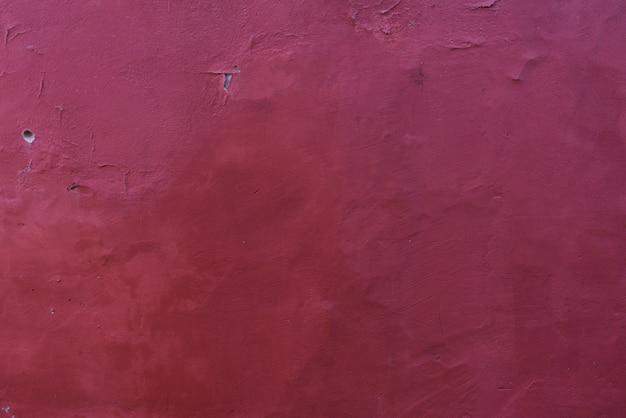 Burgunder-weinhintergrund des alten gipses auf der wand