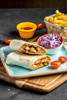 Burito mit fleisch auf dem tisch
