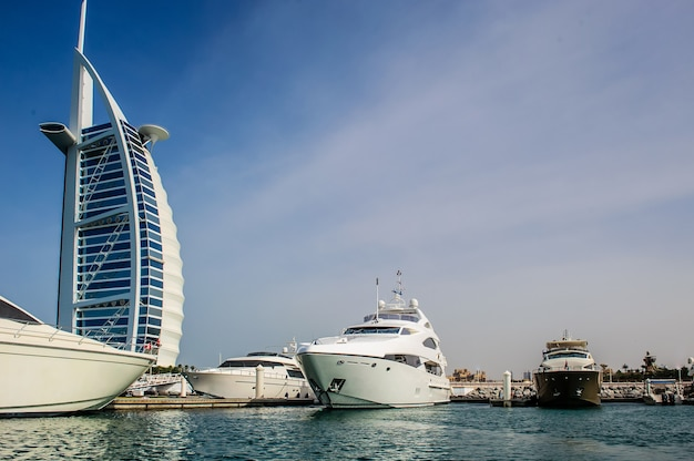 Burj al arab, erbaut auf einer künstlichen insel am strand von jumeirah