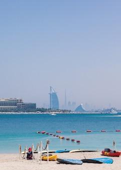 Burj al-arab tagsüber. meer und blauer himmel