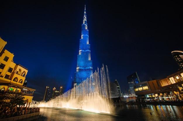 Burj khalifa. höchstes gebäude der welt und die musikalischen brunnen, nachtansicht