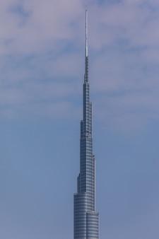 Burj khalifa turm. dieser wolkenkratzer ist mit 828 m das höchste von menschenhand geschaffene bauwerk der welt. fertiggestellt im jahr 2009.