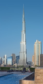 Burj khalifa unter anderen dubai-wolkenkratzern, vertikales panorama