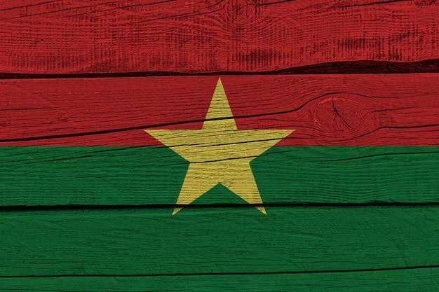 Burkina faso flagge gemalt auf altem holzbrett